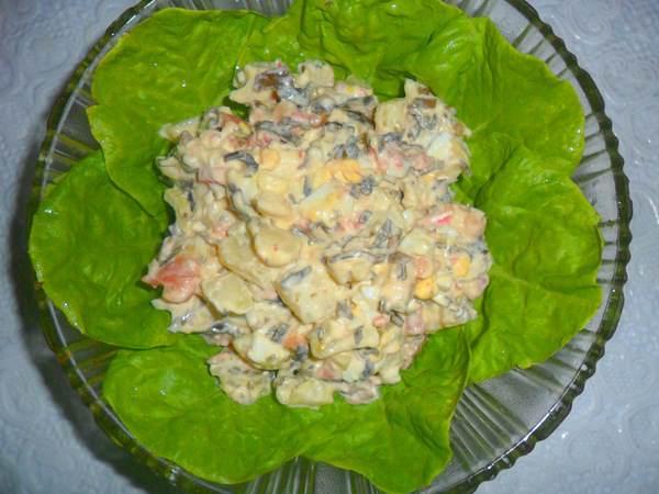 Salat s gorbushej i morskoj kapustoj gotov