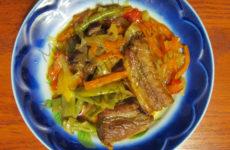 Поджаренные свиные ребра, тушеные с овощами