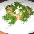 Легкий салат с красной рыбкой, авокадо и сыром