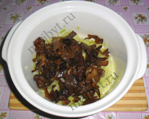 Лук с грибами в кастрюле